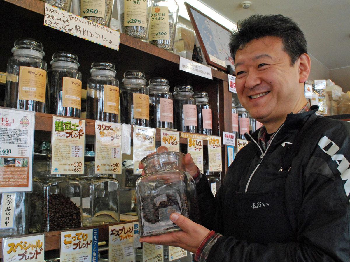 「平賀源内」が振る舞ったとされるコーヒーについて話す青井智さん