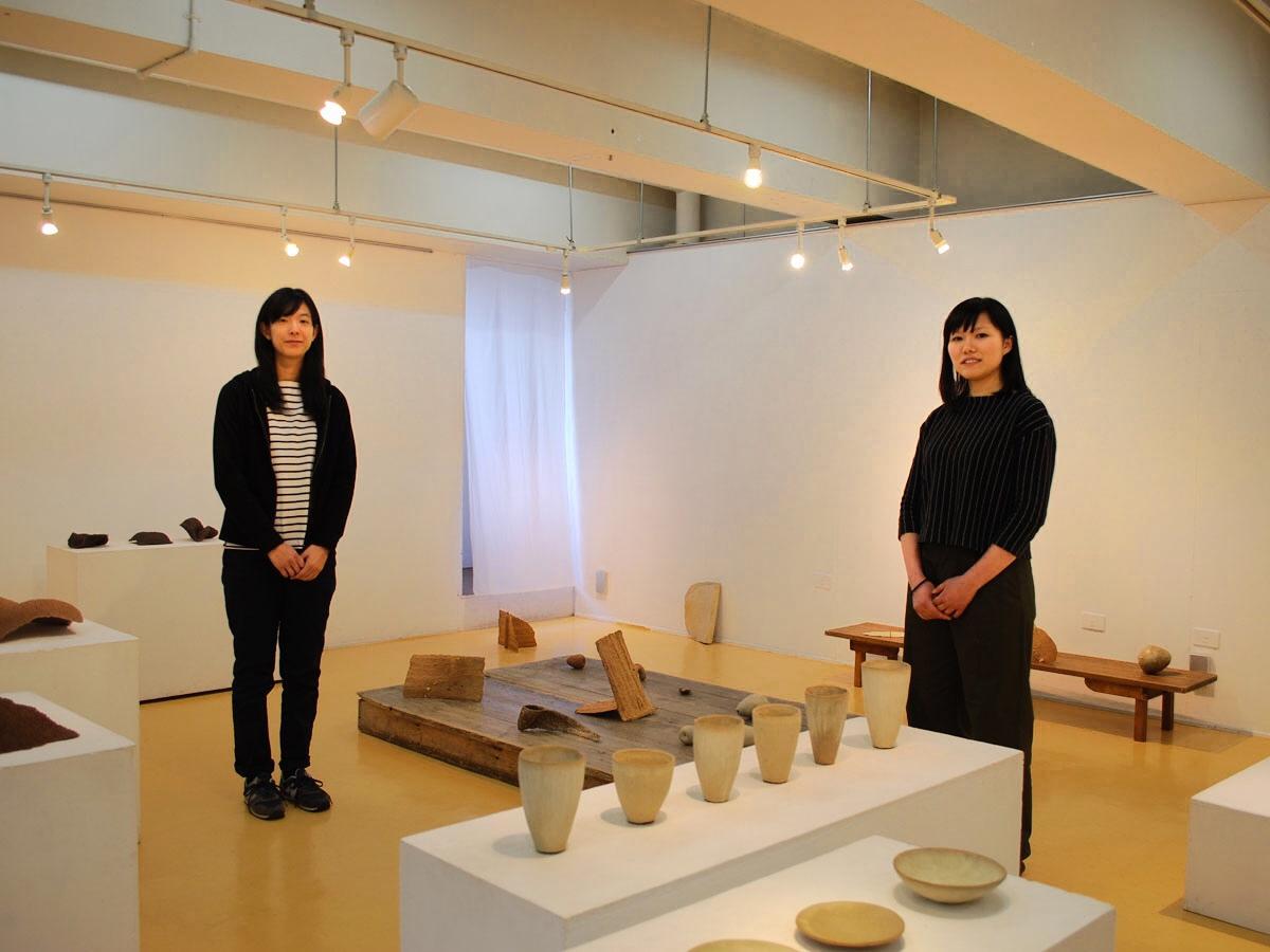 陶芸作品の合同展を開く大森由貴奈さん(左)と大沢めぐみさん