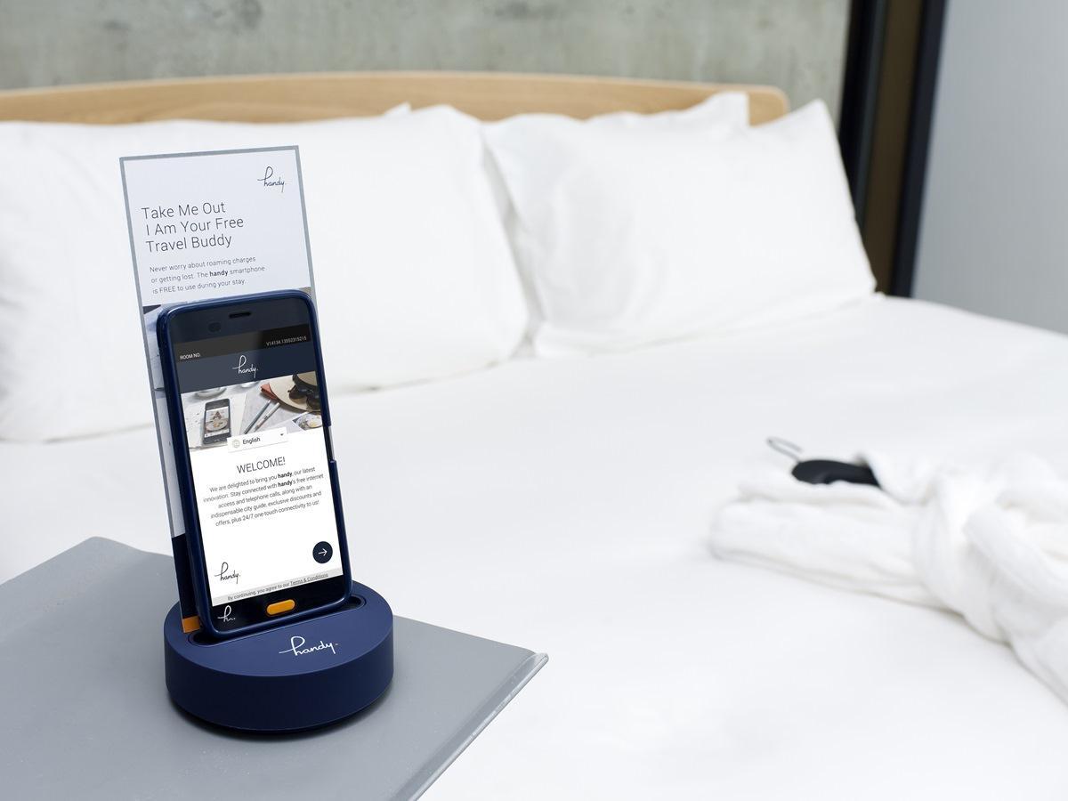 「秋田キャッスルホテル」が150室に備え付けたレンタルスマートフォン「handy(ハンディー)」