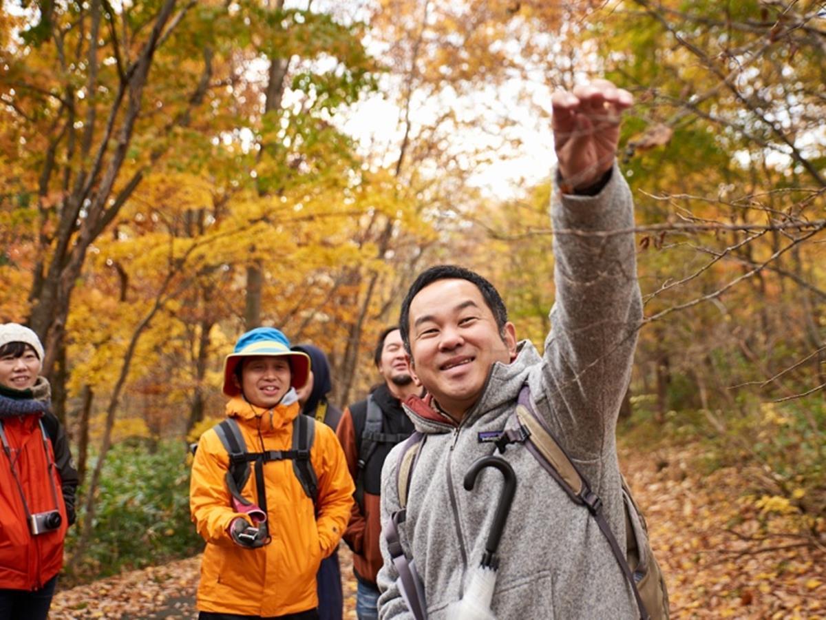 五城目町の山林をガイドする「森の案内人」の三浦豊さん(2017年11月)