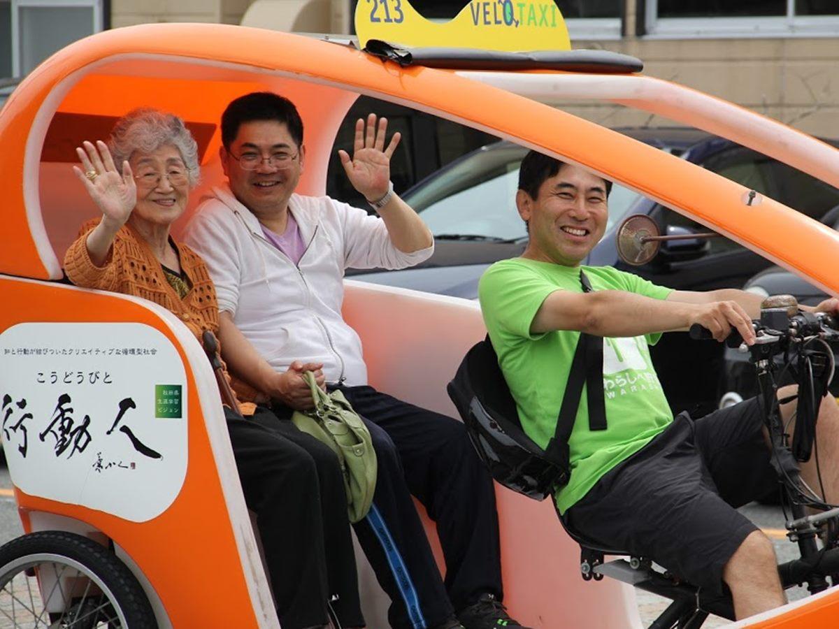 社会実験に取り組んだ武内伸文さん(右)と実験に協力したデイサービス利用者(左)