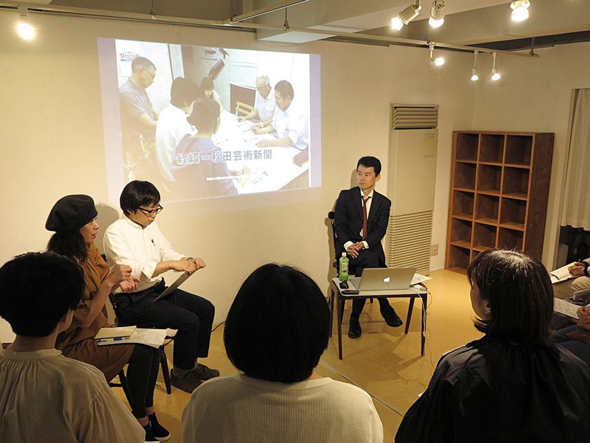 秋田市大町のアートスペースで6月12日に開かれた文章講座説明会の様子