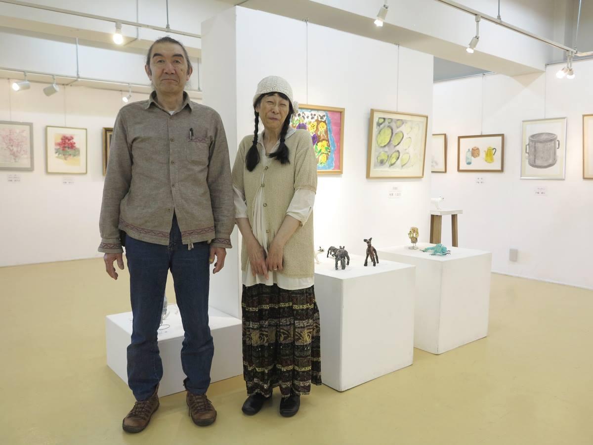 秋田市内で「星群美術教室」を主宰する画家の芦野雅春さん(左)夫妻