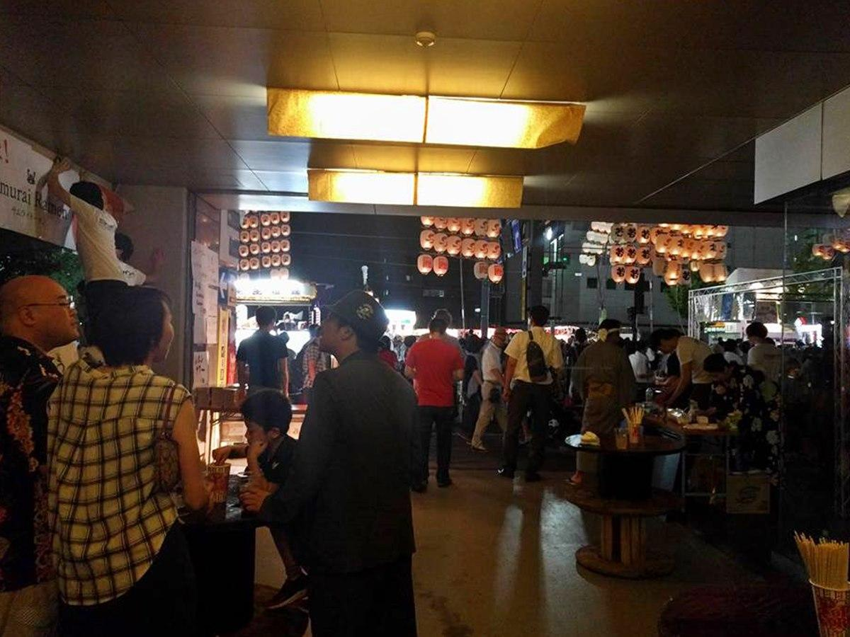 山王十字路近くのオフィスビルに設けられた屋台と飲食スペース(写真は2017年)