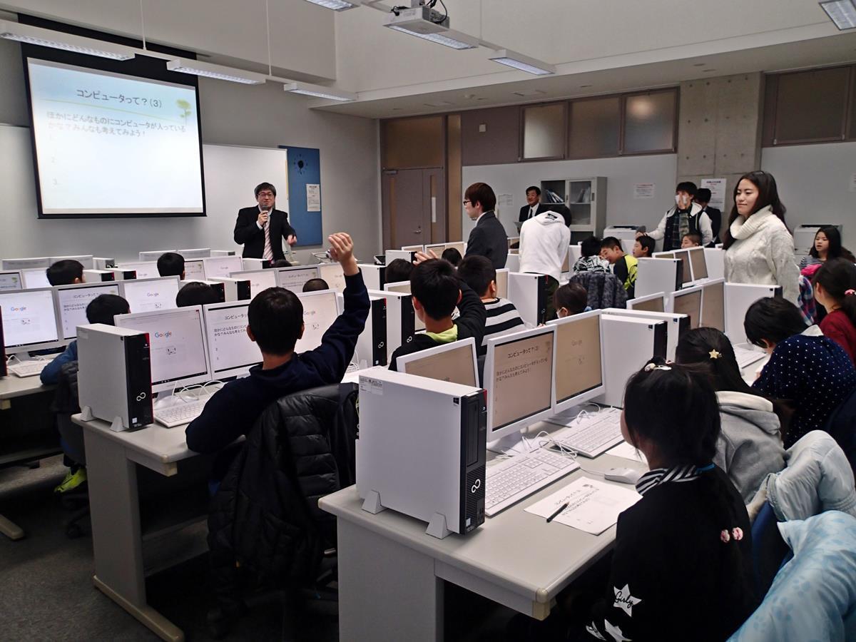 秋田県立大学情報工学科の廣田千明准教授らが、県内小学校に通う児童向けに開いたプログラミング教室の様子