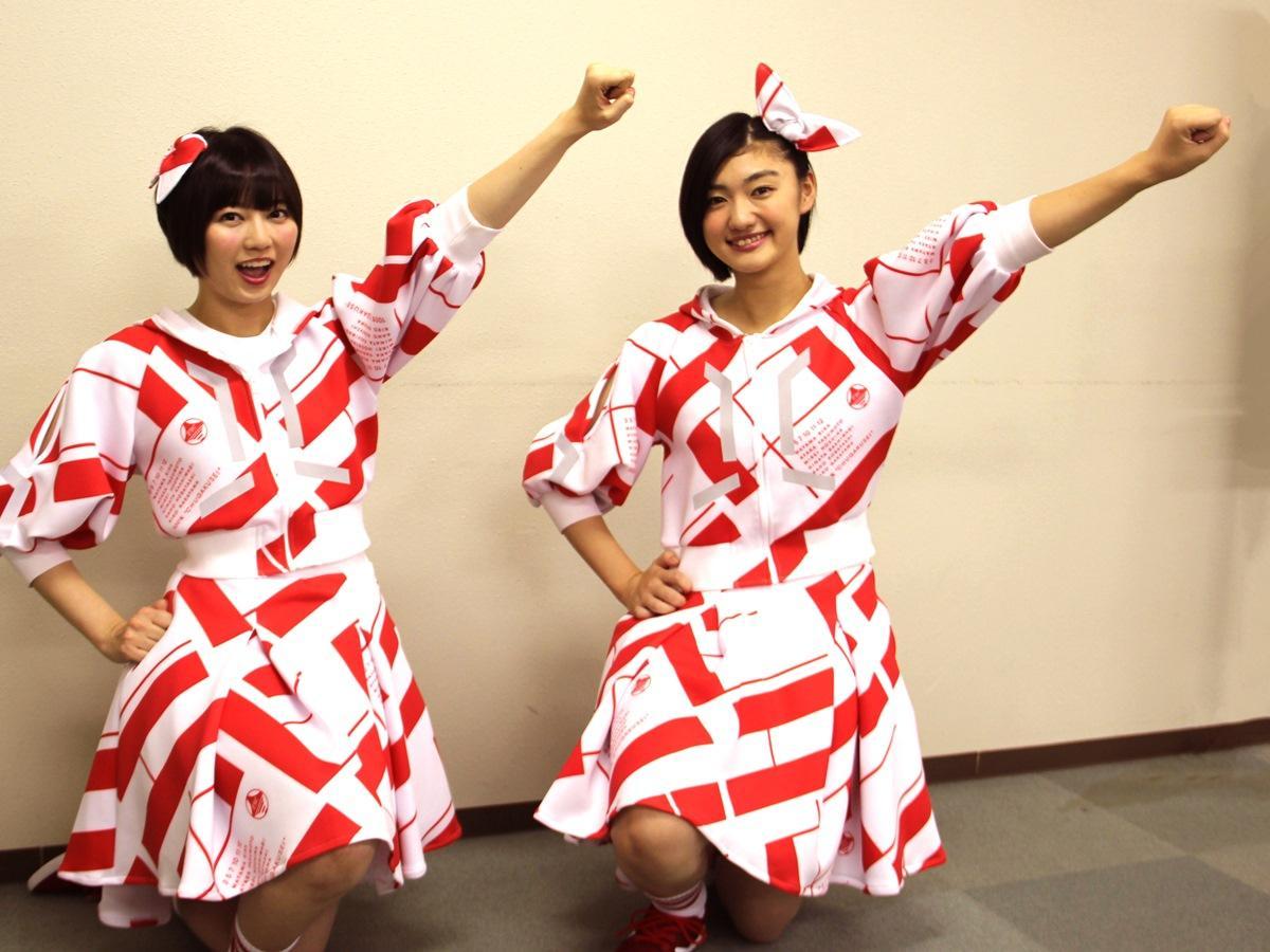 金足農業高校・吉田輝星投手の「シャキーン」ポーズを決める「私立恵比寿中学」メンバーの安本彩花さん(左)と小林歌穂さん