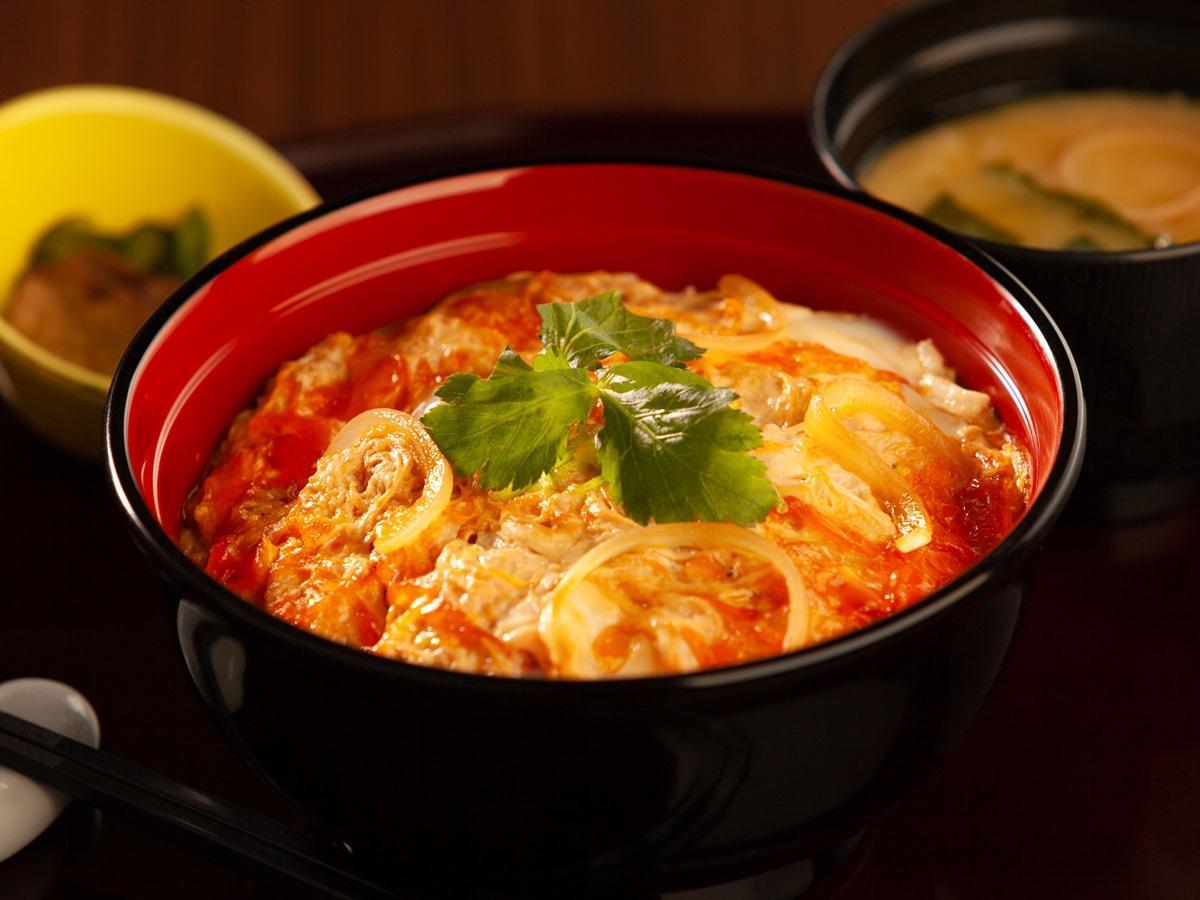 秋田キャッスルホテルがランチメニューに復活させた「比内地鶏卵の親子丼」