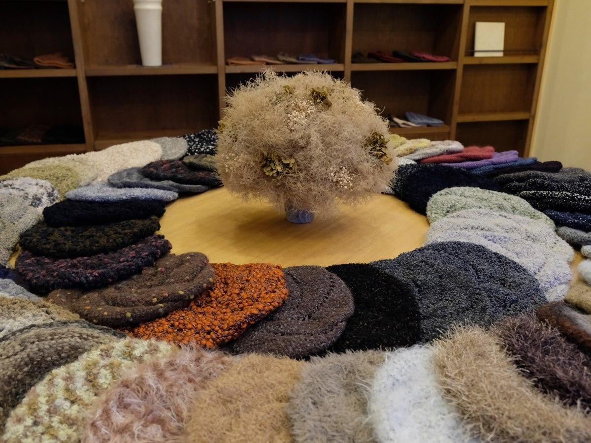 潟上市在住の帽子作家・チダエツコさんの秋冬向け帽子作品