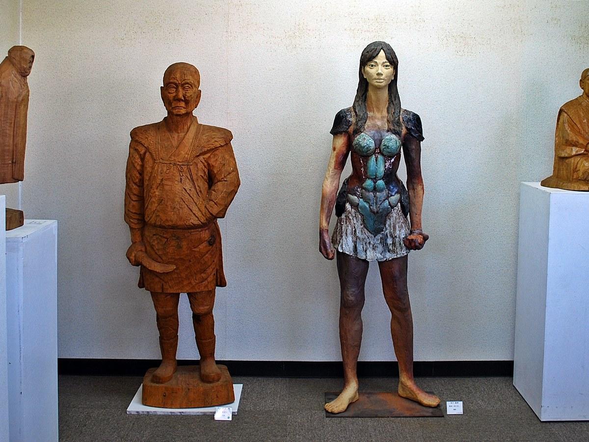 農民彫刻家として知られた故・皆川嘉左ヱ門さんの木彫作品(左)と秋田公立美術大学准教授の嘉博さんの作品(右)