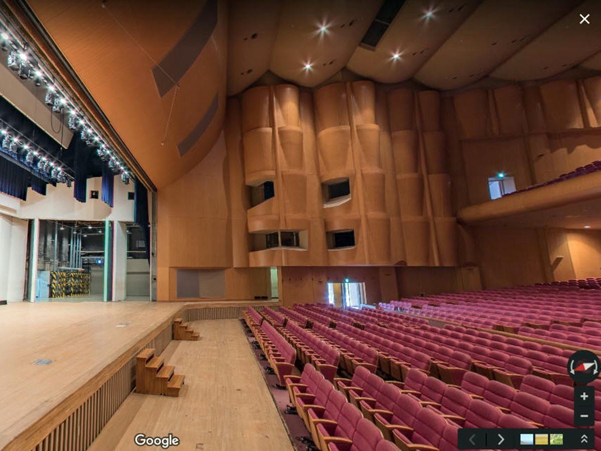 グーグル・ストリートビューに公開された解体前の「秋田県民会館」内部