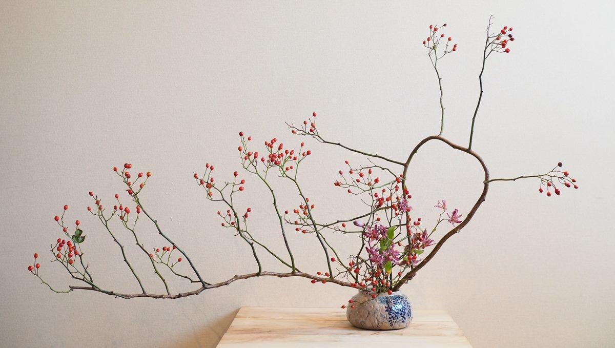 草月流師範の鈴木晃里さんの生け花作品