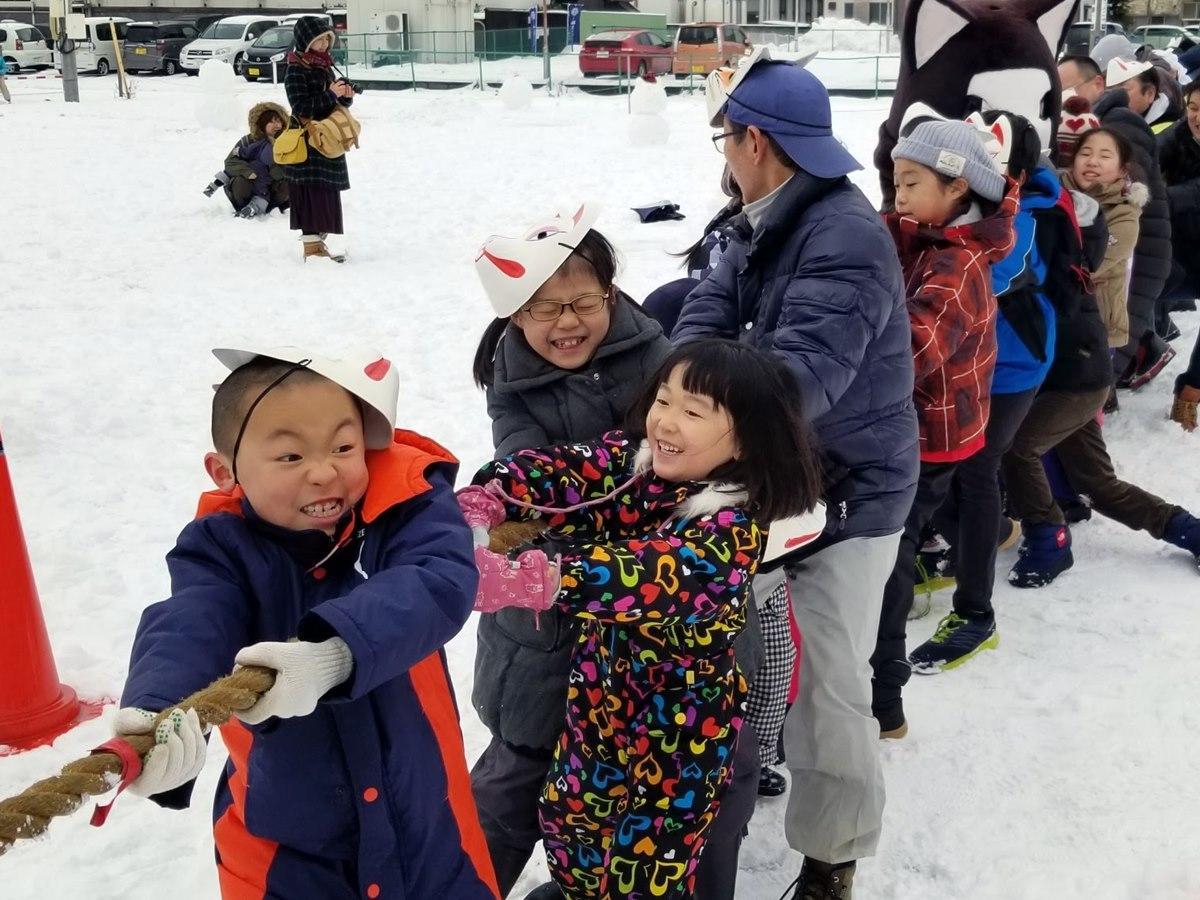 秋田市大町2丁目の「大町イベント広場」で行われた「新春夢綱引き」