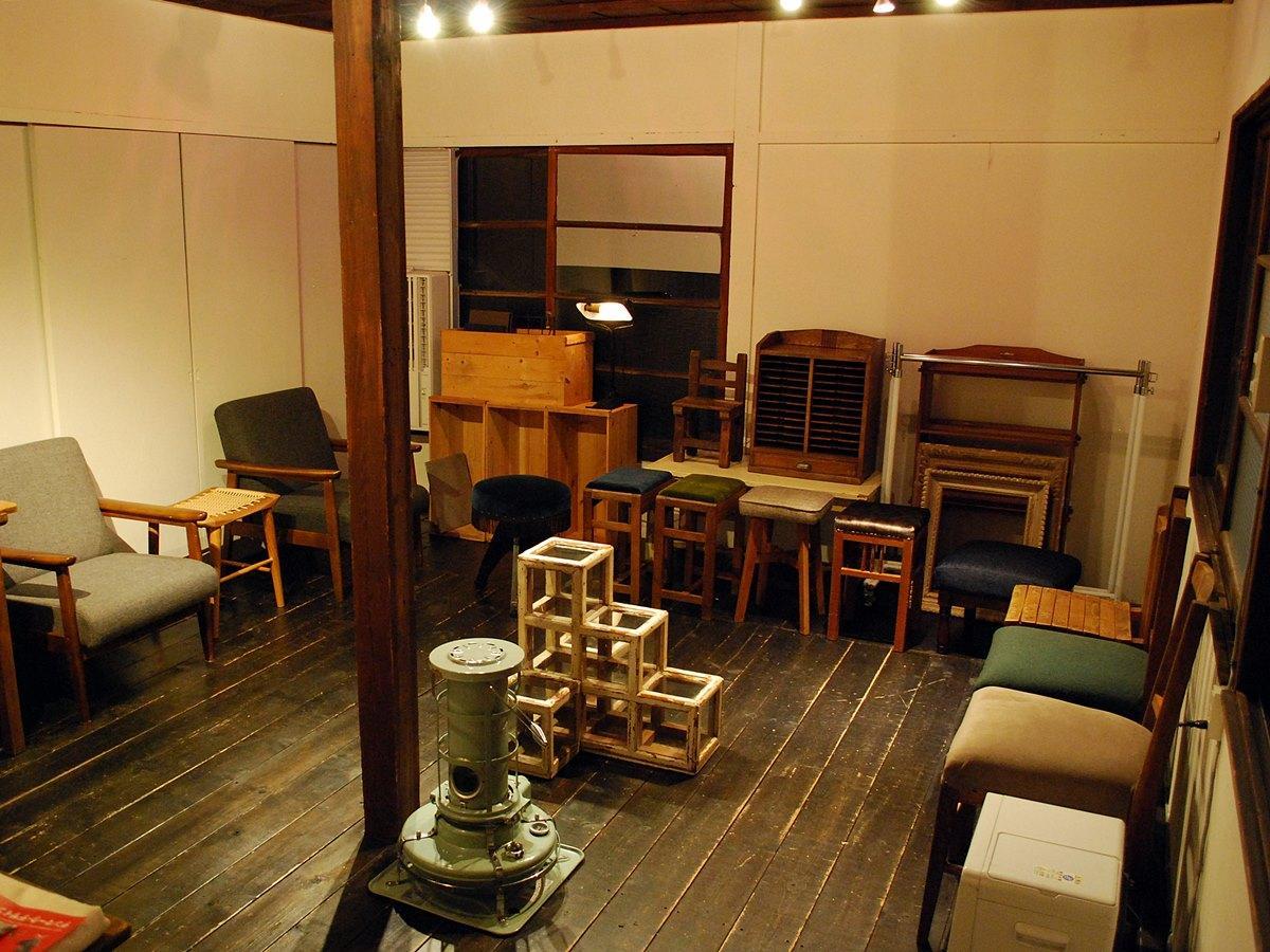 椅子の修理専門アトリエ「ISUKA」(秋田市)を運営する加藤直哉さんが修理を手掛けた古椅子
