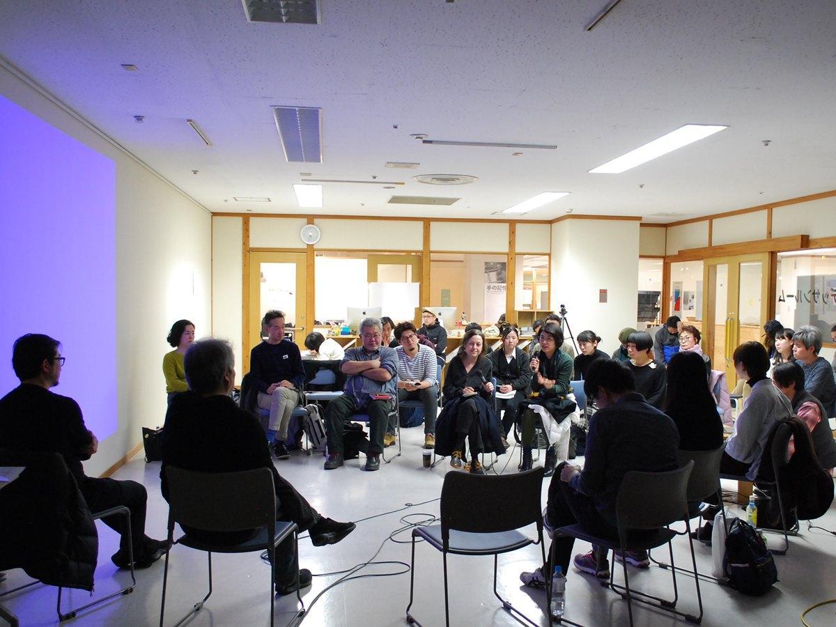 秋田駅前の施設で開かれた「AKIBI複合芸術プラクティス・旅する地域考」報告会