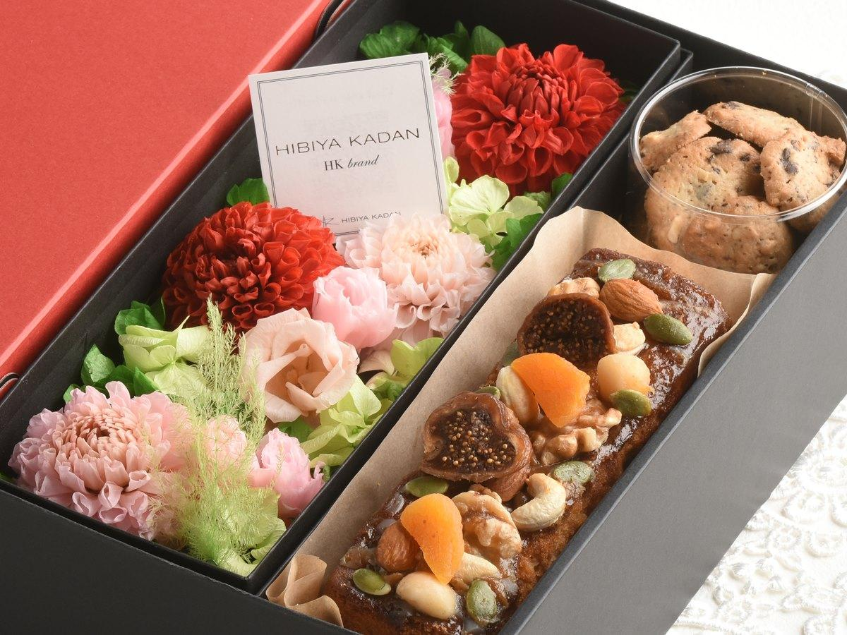 秋田県内で生産される花材を使ったプリザーブドフラワーと焼き菓子のギフトセット