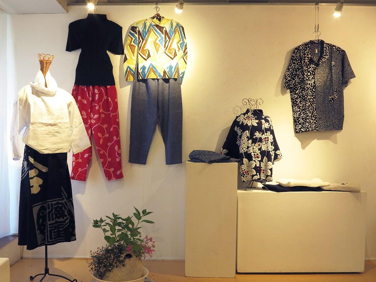 古布を素材に使った衣類や雑貨類の展示販売会場の様子