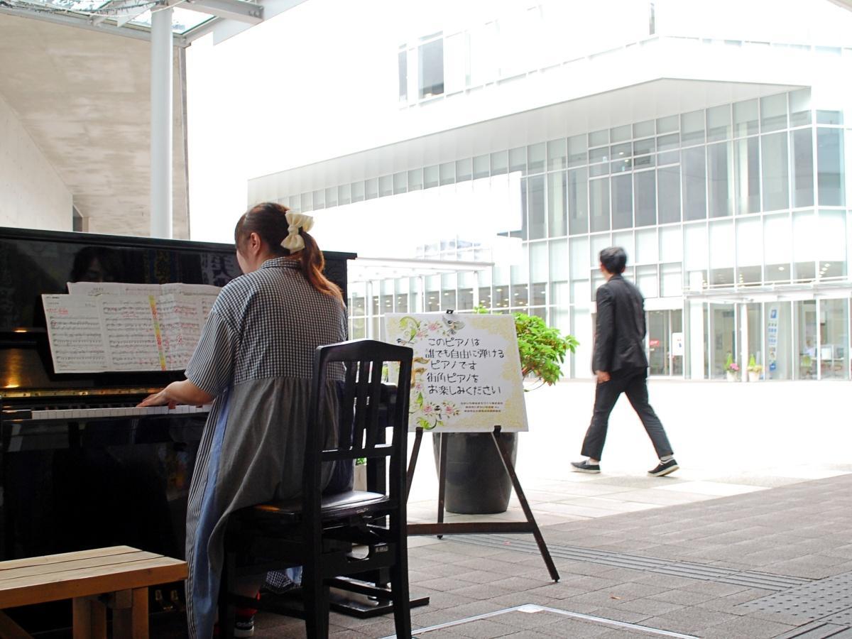 秋田県立美術館脇の通路に設けられた「ストリートピアノ」