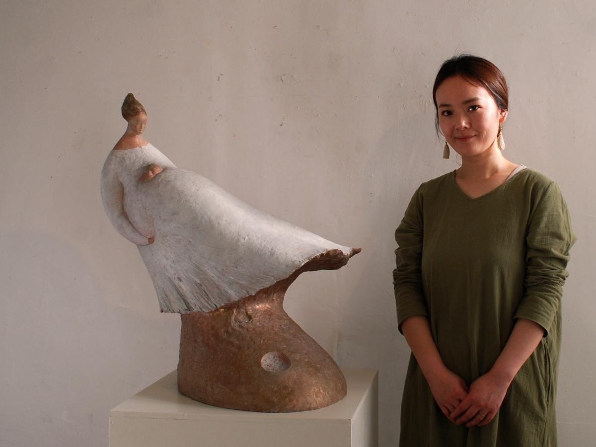 アトリエを開設した彫刻家でクラフト作家の菅原綾希子さんと菅原さんの彫刻作品