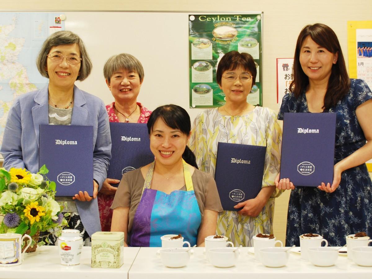 英国紅茶研究家の斉藤由美さん(写真中央)と4人の「ティータイムコーディネーター」