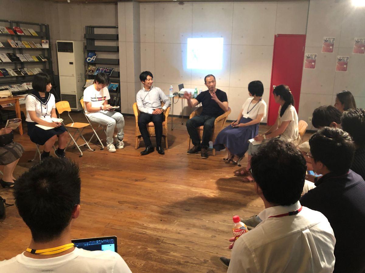 ご当地ヒーロープロデューサーの海老名保さん(写真中央)をゲストに招いた起業家対談イベントの様子