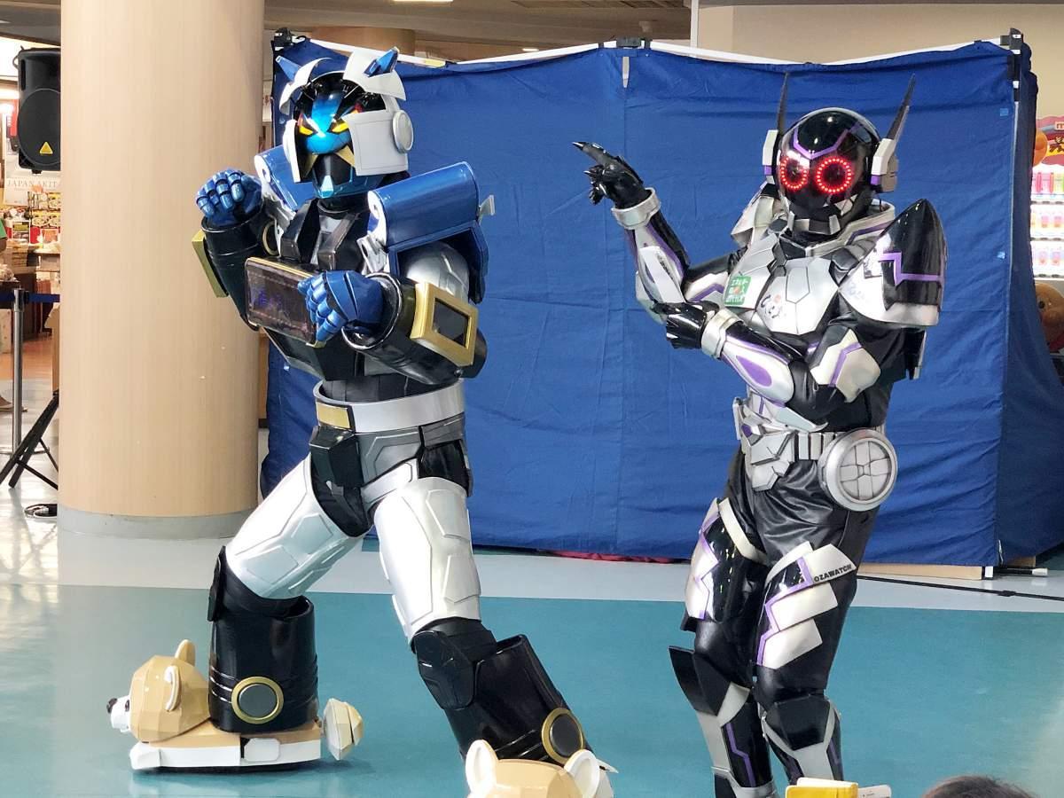 秋田をPRするご当地ロボ「イブリガー豪」(左)と悪の秘密結社(福岡市)の「ヤバイ仮面」社長(右)