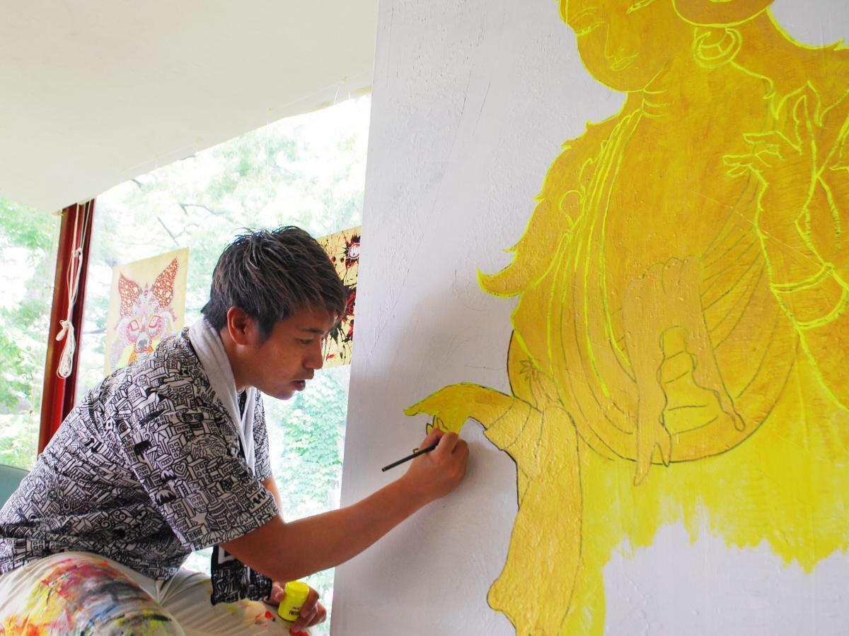 秋田市内のギャラリーでライブアートを披露する弘前市在住のアーティスト・GOMAさん