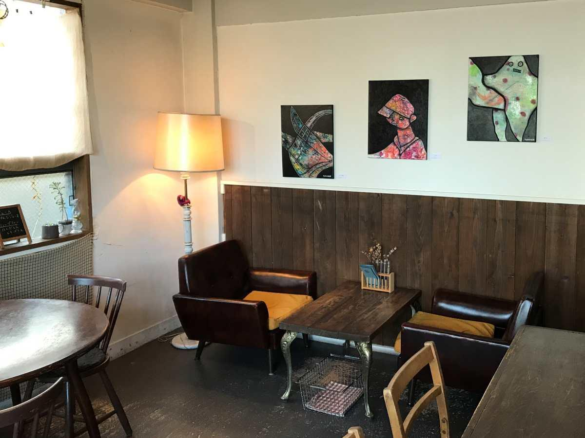 秋田市内のカフェで開催中のドイツ・ベルリン在住の画家・石塚智寿(ともひさ)さんの作品展
