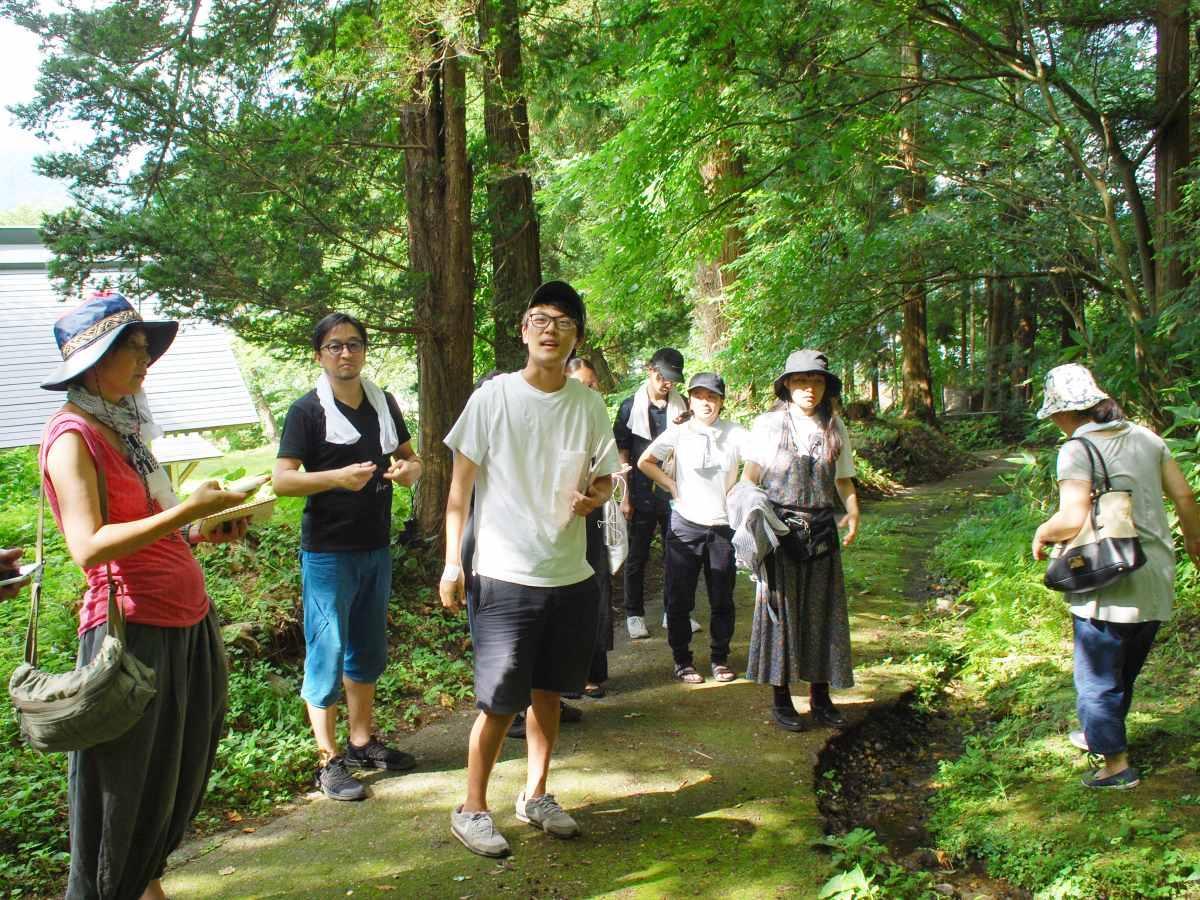 秋田公立美術大学が県内を回りながら行う滞在型ワークショップ(写真は8月、鹿角市・小坂町エリアで行われた「夏編」の様子)