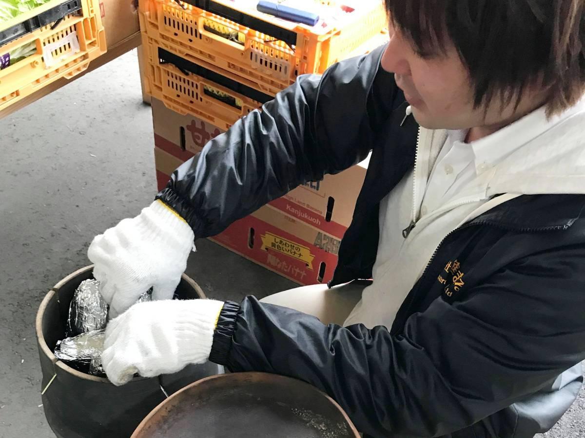 陶器の壺を使って焼く「壺焼き芋」
