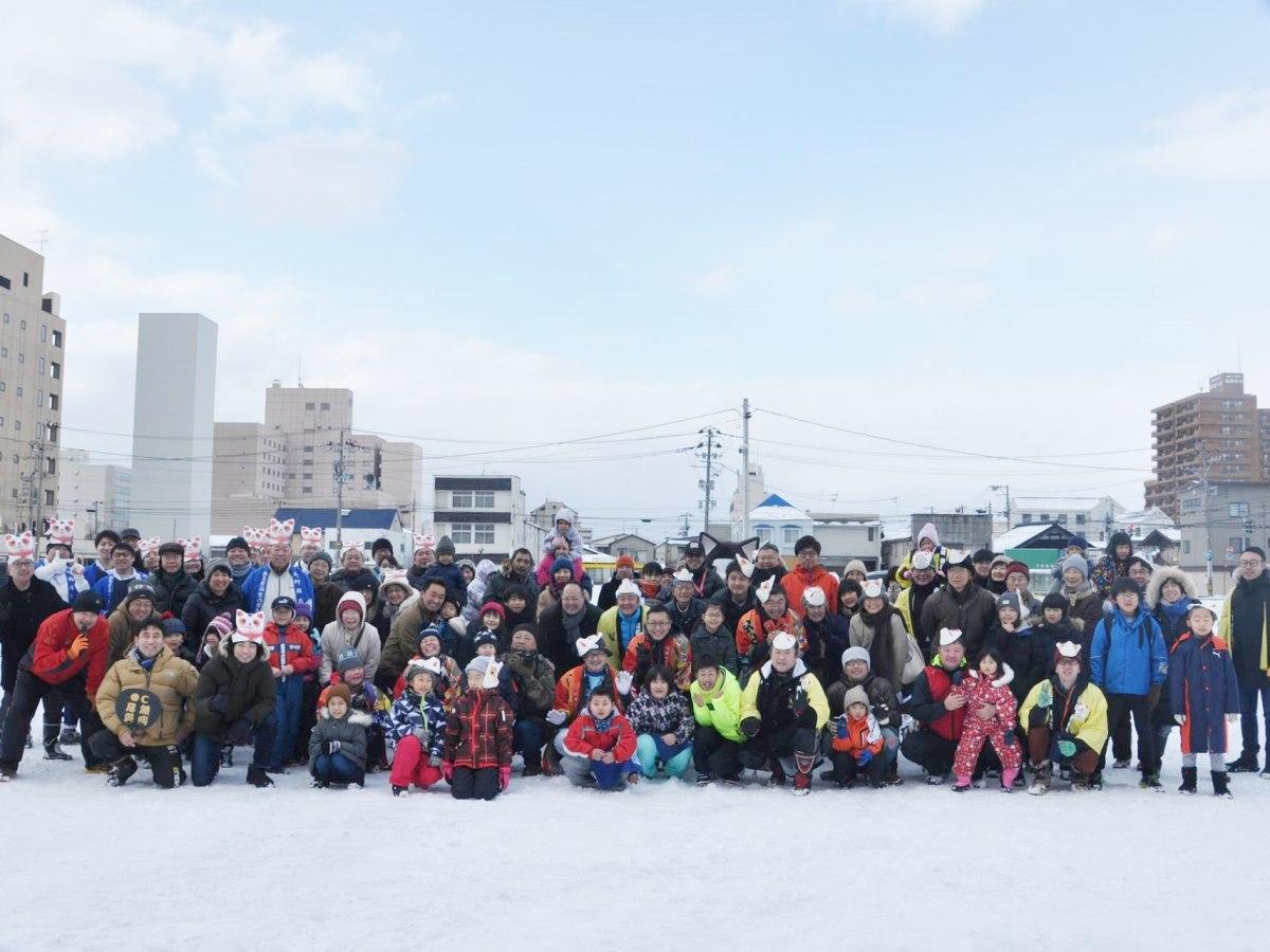 秋田市内の2商店街対抗の「新春夢綱引き」参加者(写真は1月)