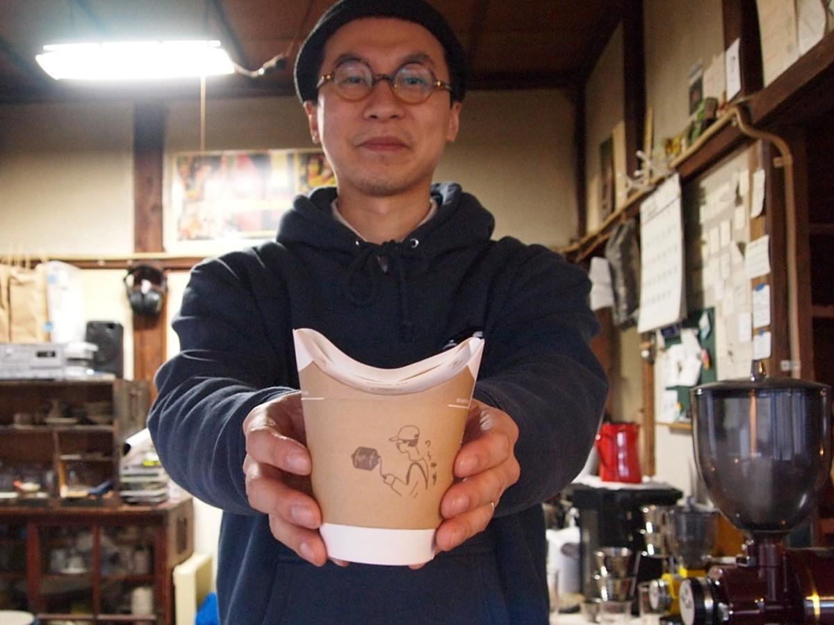 テークアウト向け容器を紙製に切り替えた「のら珈琲」(秋田市旭南1)店主の森幸司さん