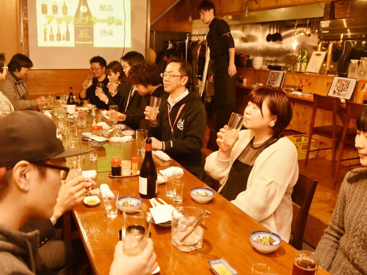 複数の銘柄の日本酒を混ぜ合わせて楽しむワークショップ形式の飲み会イベントの参加者