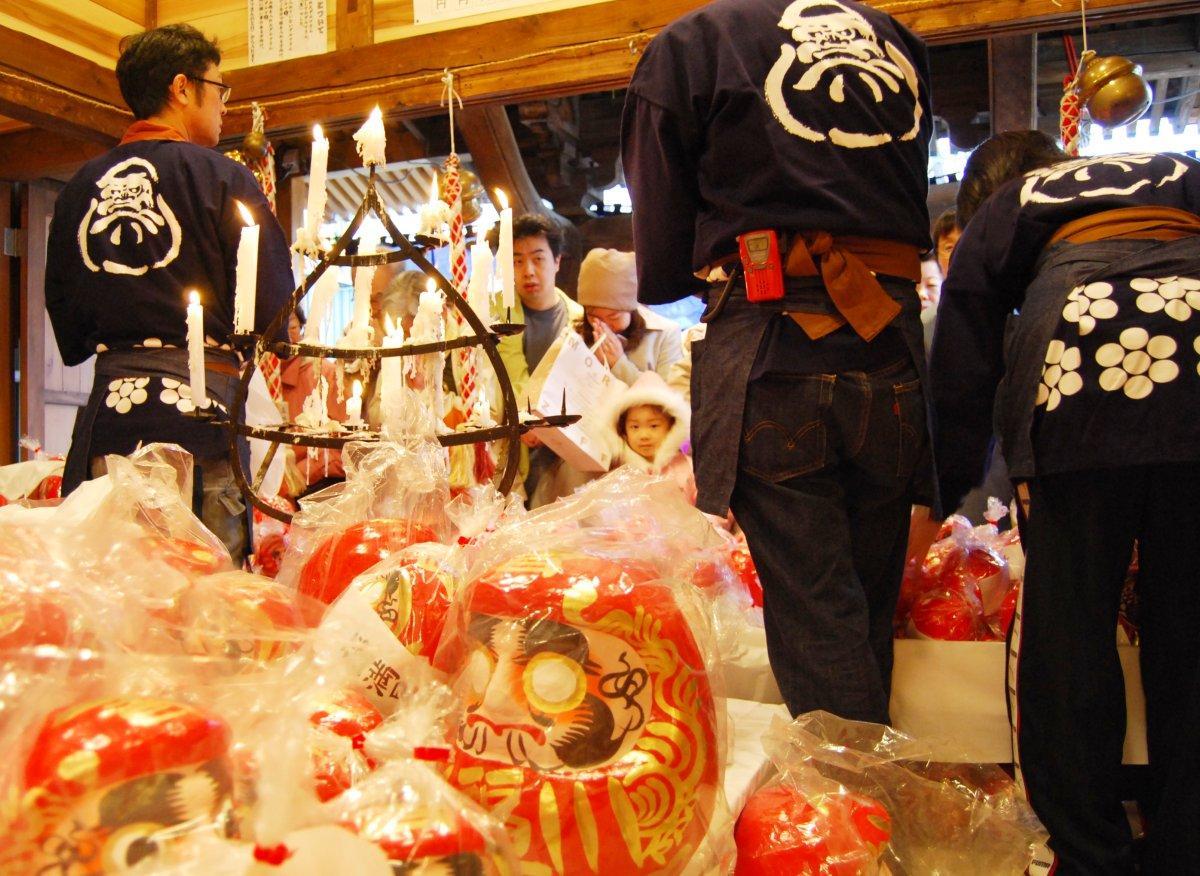 秋田市大町の星辻神社例大祭「だるま祭り」