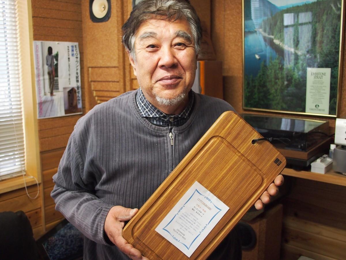 希少な古材の端材を活用したカッティングボードを発売した小松薫さん