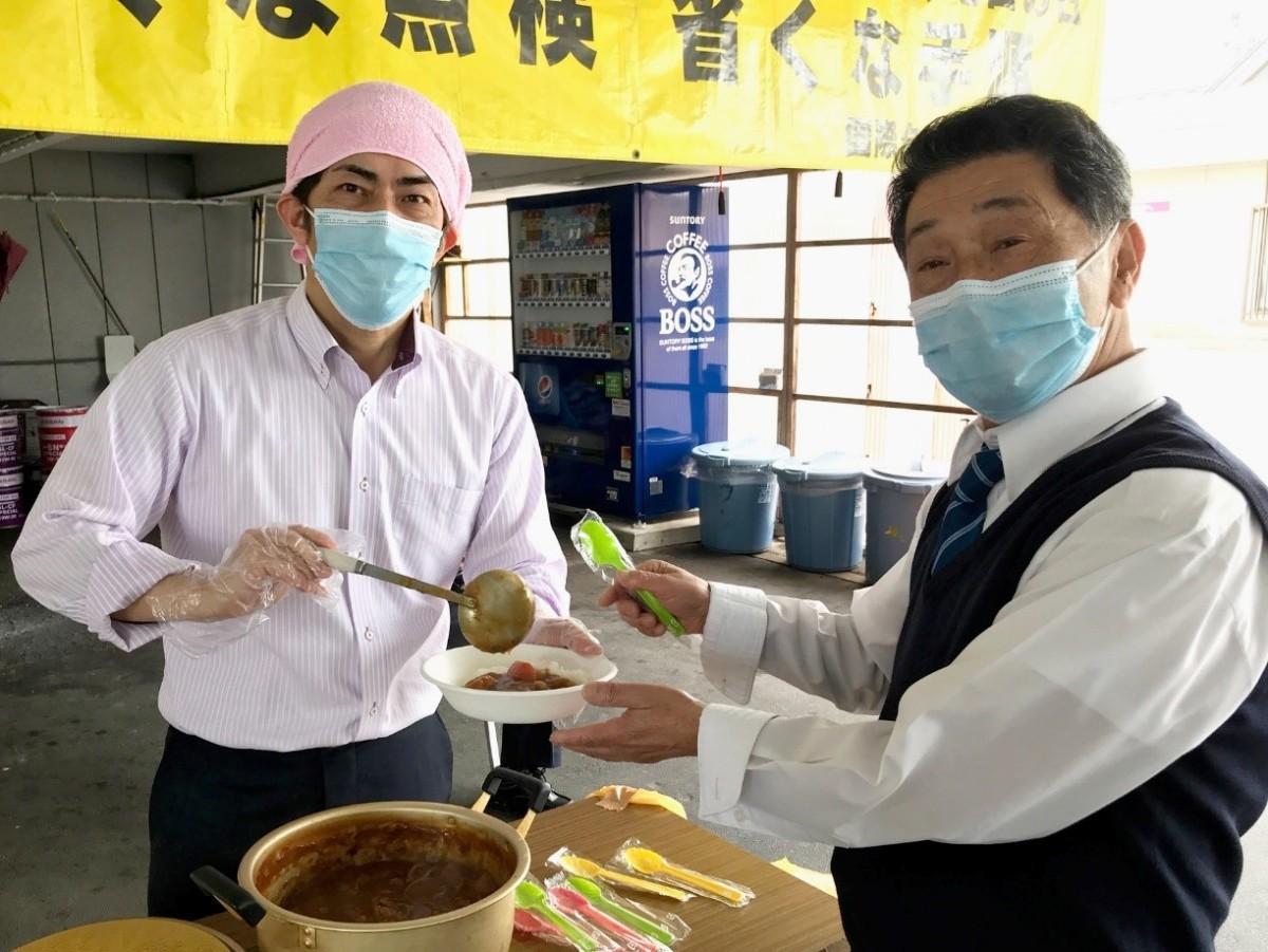 社員にカレーライスを振る舞う国際タクシー(秋田市)の高田和明社長(左)
