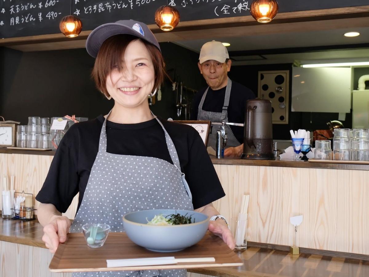讃岐うどん専門店「WATARO」店主の藤田睦さん(左)とうどん職人の佐藤洋夫さん(右)