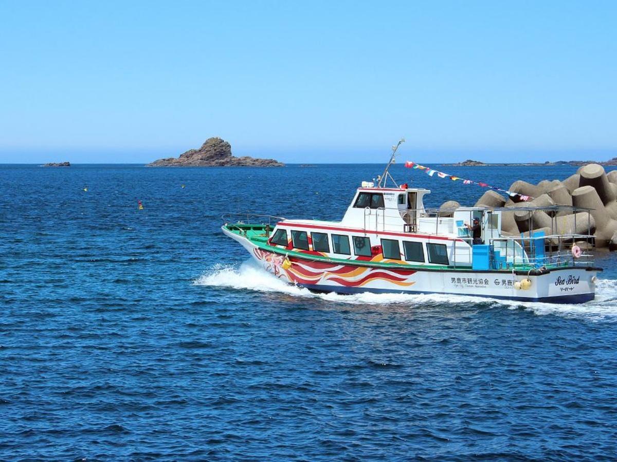 男鹿沖を航行する観光遊覧船「シーバード」