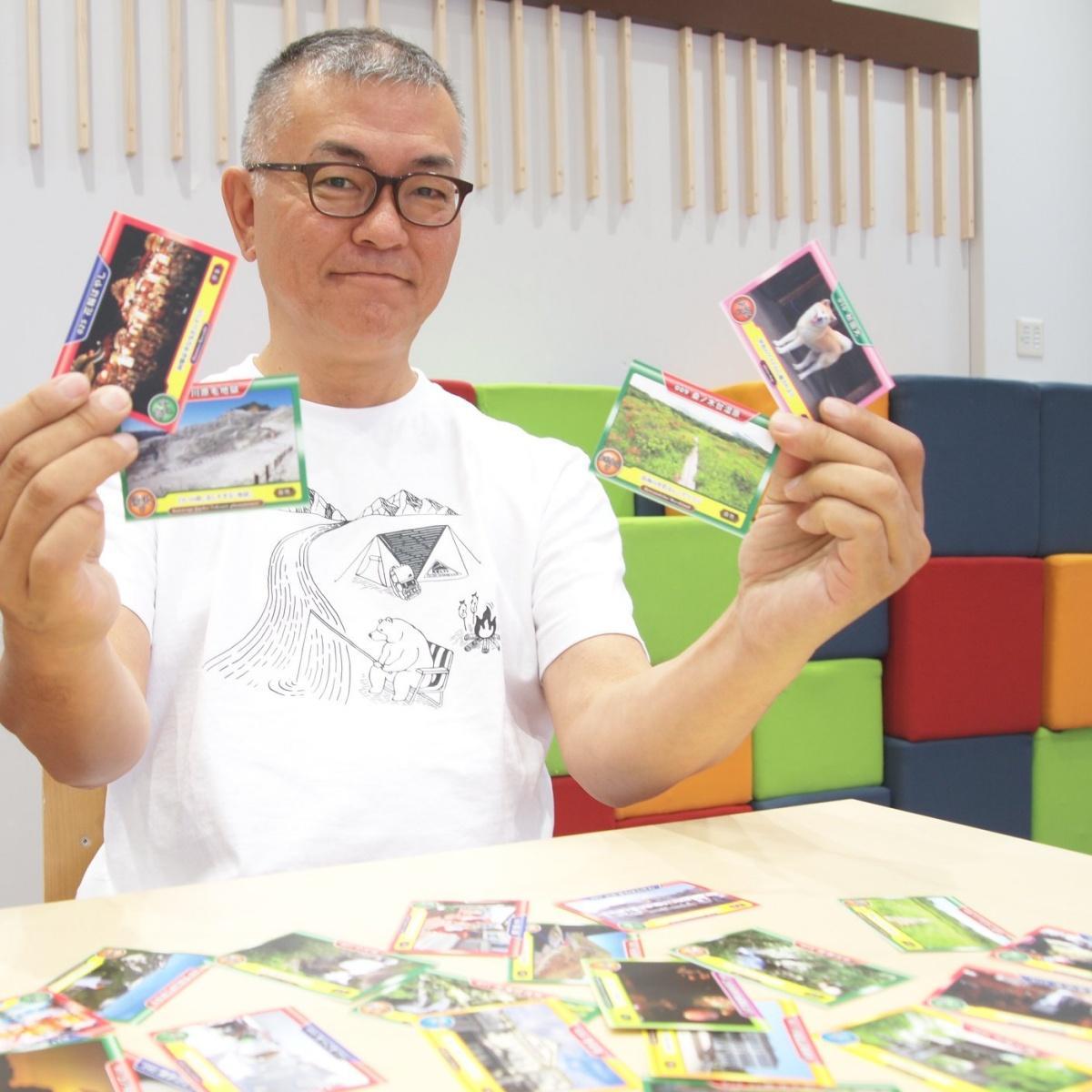 秋田県内の名所や風物を紹介するカード「AKITAあつめ」を考案した今野仁さん