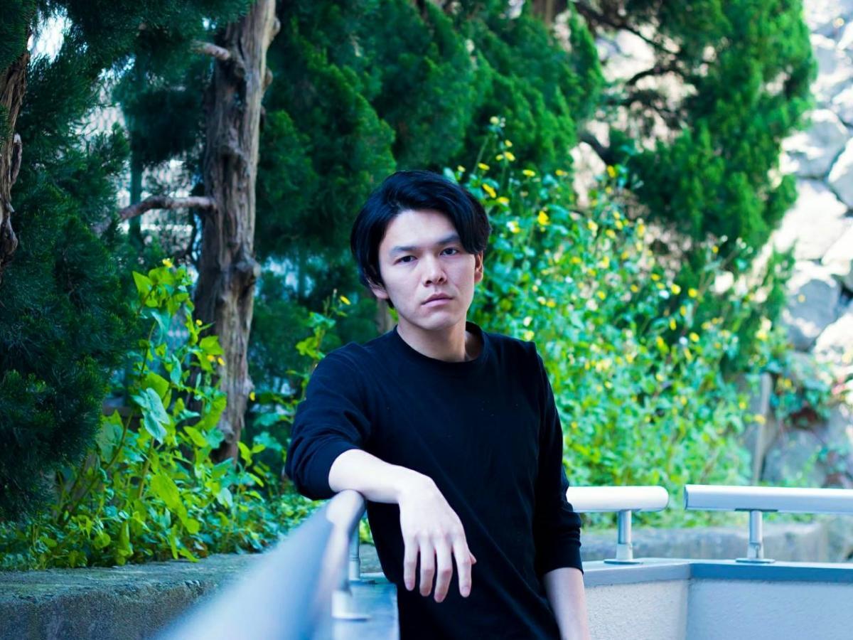 秋田市千秋公園などを舞台に一人芝居を上演する俳優の真坂雅さん ©asamicro