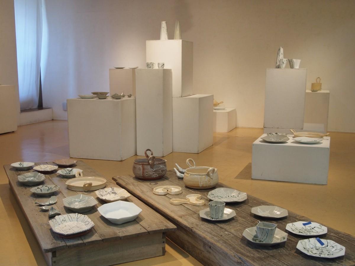 秋田市在住の陶芸家・田村一さんの作品展会場の様子