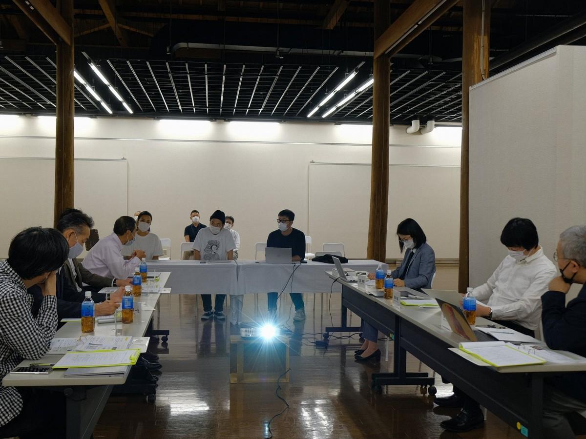 秋田市文化創造館内のカフェと物販ブースの運営候補者を選ぶ公開プレゼンテーションの様子