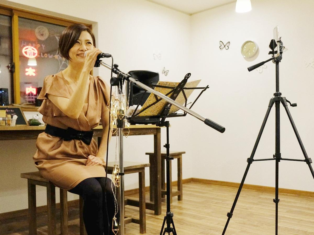 オンラインライブのリハーサルを行うジャズシンガーの藤田睦さん