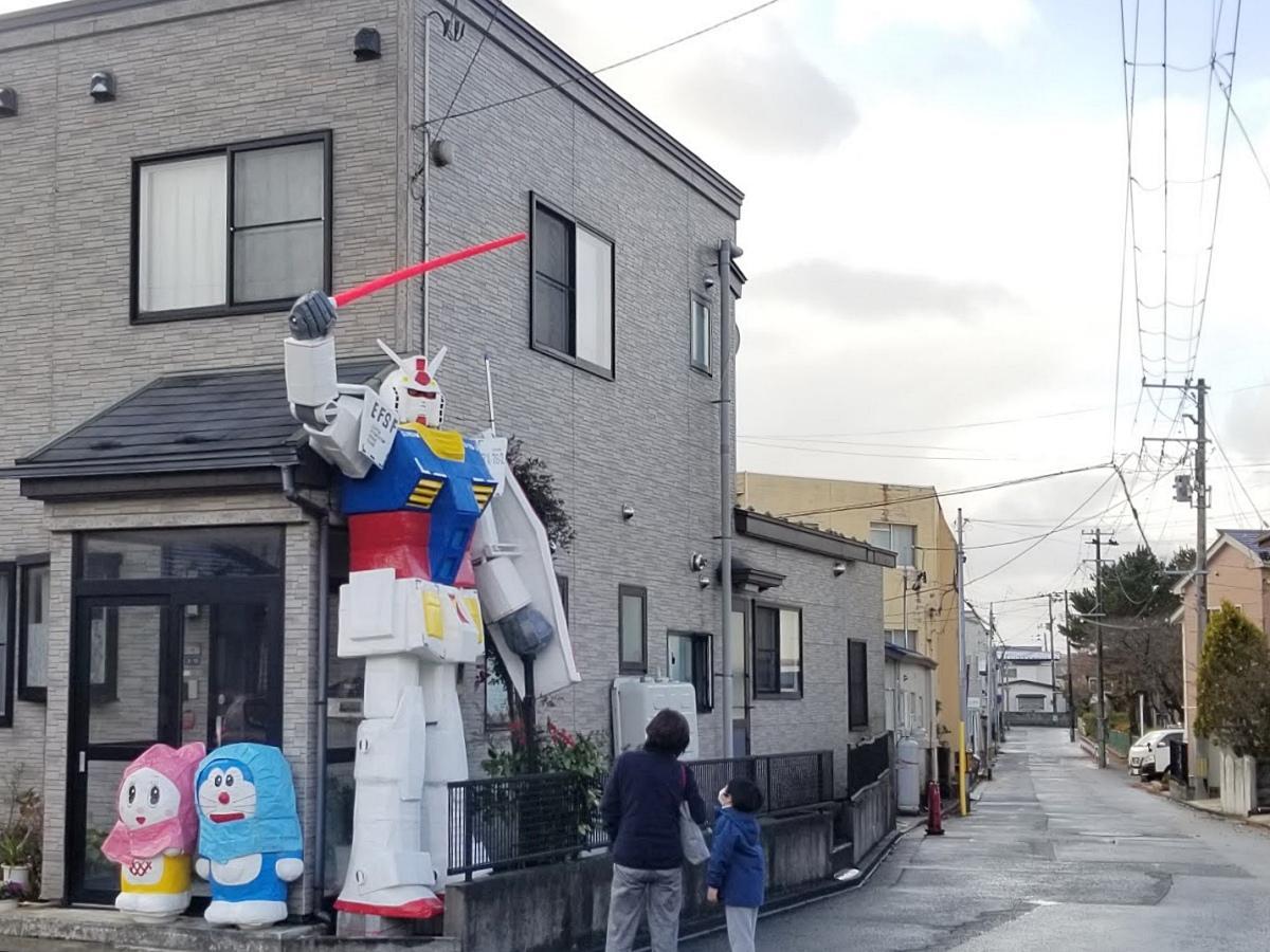 秋田市川尻の住宅に設けられた高さ3.6メートルのガンダム模型