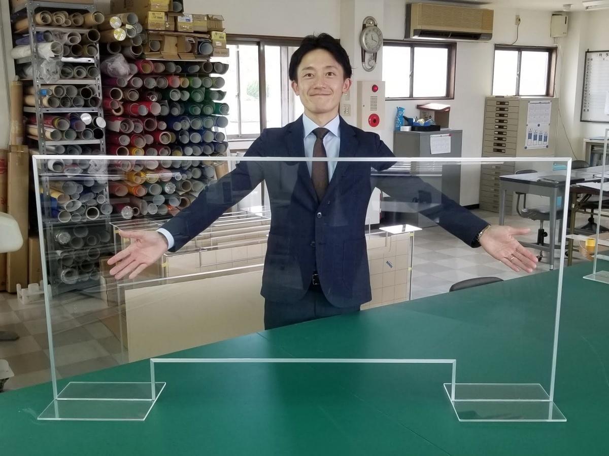新和工芸(秋田市)の飛沫感染防止アクリル板と石塚伸宏専務