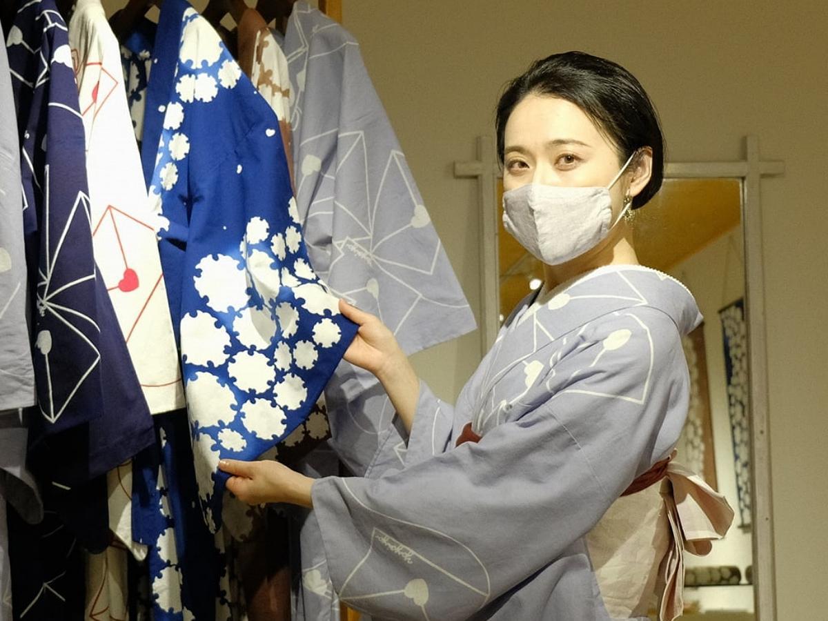秋田市内で浴衣の受注販売会を開く大仙市在住の浴衣作家・沼倉弥生さん