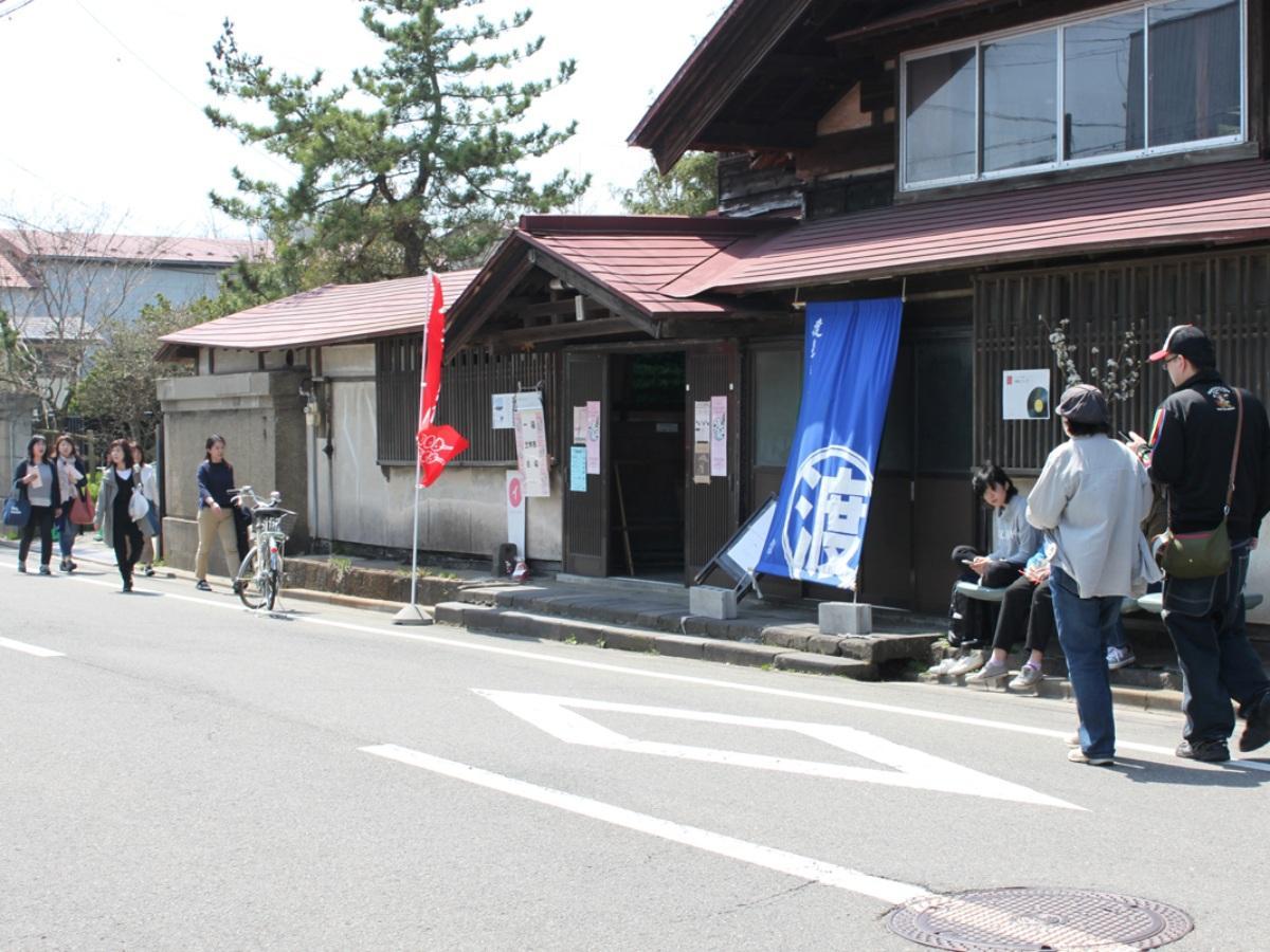 秋田市新屋表町通りで開かれる散策と手作り品の販売会「ものまちさんぽ」。写真は、2017(平成29)年の様子