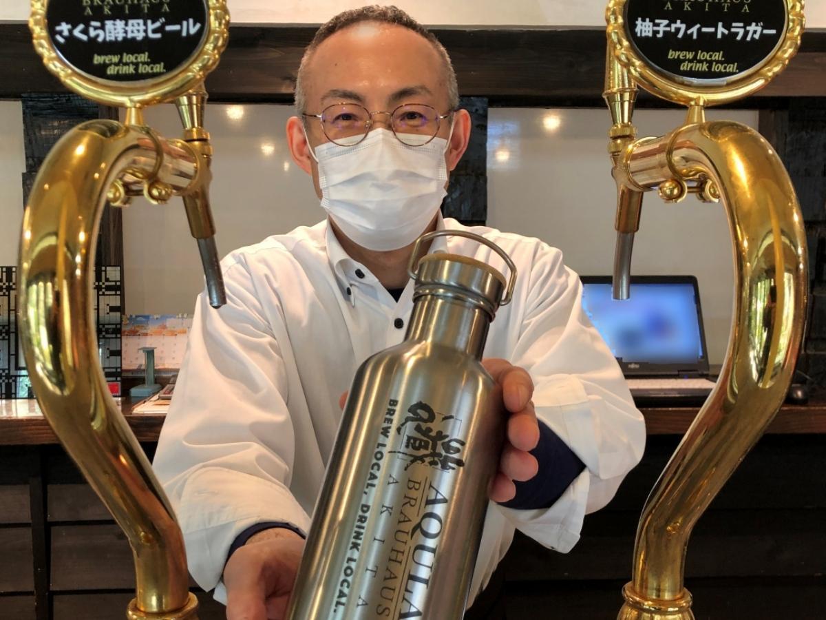 秋田市の地ビール醸造所直営ビアレストランの一部を改装した直売所で、専用容器グラウラーで販売するクラフトビール(同店・高橋典嗣さん)