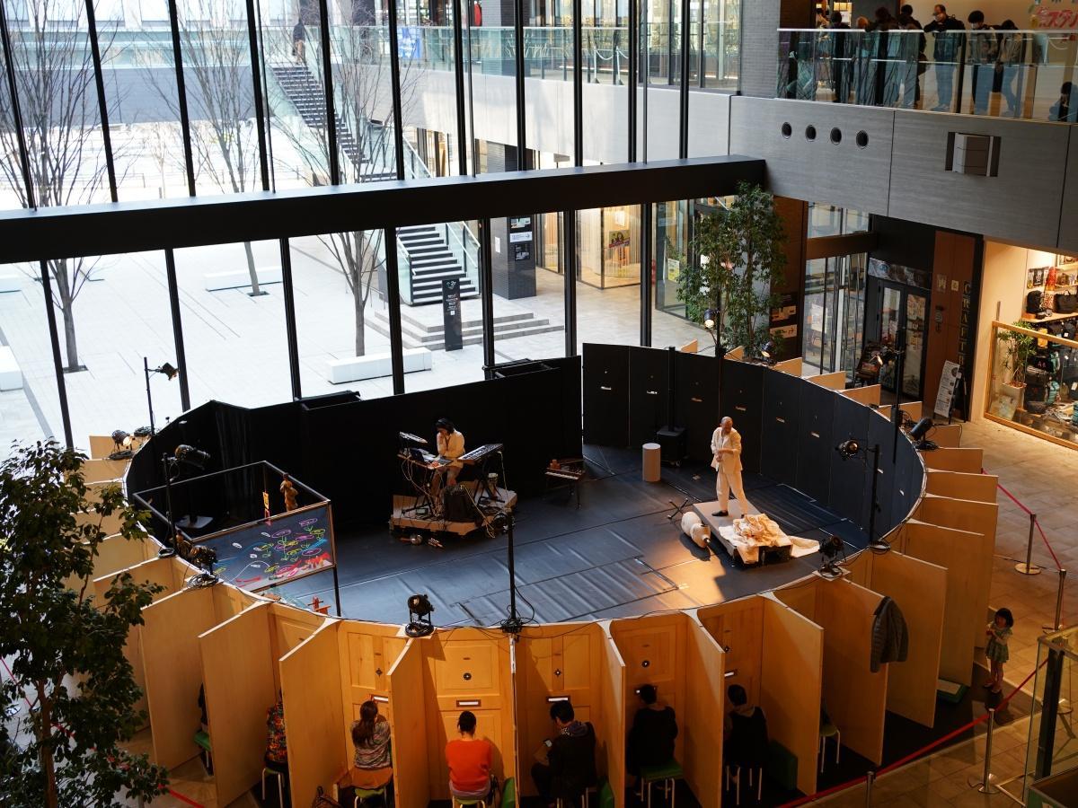 コロナ禍に対応した観劇スタイルの公演「月灯(あか)りの移動劇場」