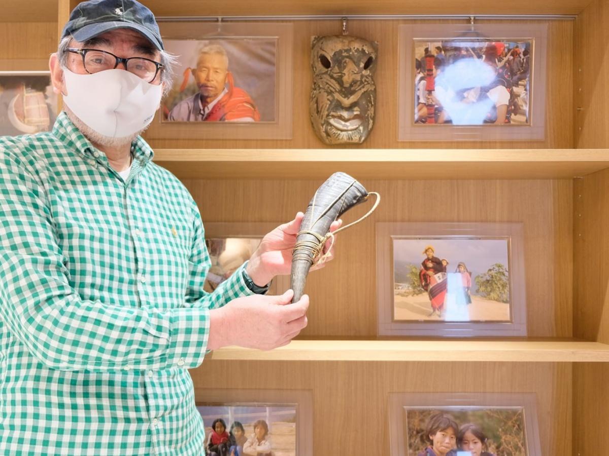 秋田市在住の小松正雄さんが各国で撮影した写真と収集した工芸品