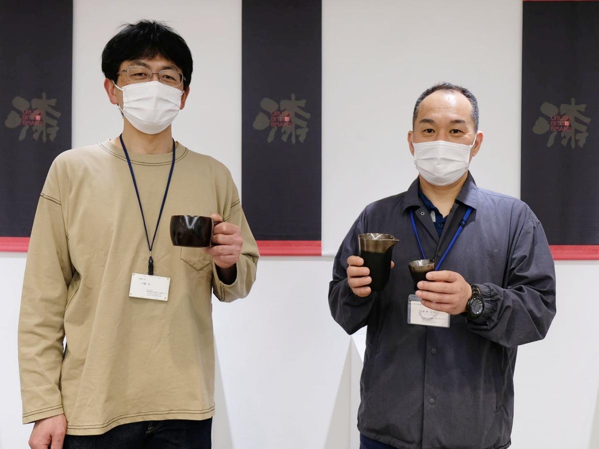 秋田市で「漆人四人衆」作品販売会を開く川連漆器職人の大関功さん(左)と攝津広紀さん(右)